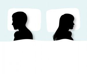 背を向けるカップル
