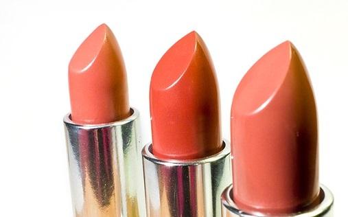 lipstick-1137535_640